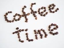 Bokstäverkaffetid som är ordnad från kaffebönor Royaltyfri Fotografi