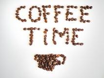 Bokstäverkaffetid som är ordnad från kaffebönor Royaltyfria Bilder