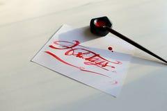 Bokstäverkort med textferier i scharlakansröd färg på den vita sheen Arkivfoto