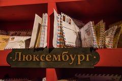 Bokstäverna på hyllan på uppehållet av farfarfrost Arkivfoto