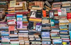 Bokståndet med många bokar royaltyfria foton