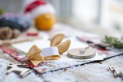 Bokstav av Santa Claus på en trätabell, gåva och juldekor och snö arkivfoton