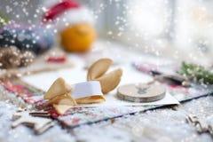 Bokstav av Santa Claus på en trätabell, gåva och juldekor och snö arkivbilder
