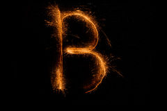 Bokstav B som göras av tomtebloss på svart Royaltyfri Fotografi