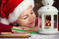 Bokstav för julbarnhandstil till jultomten i röd hatt royaltyfri fotografi