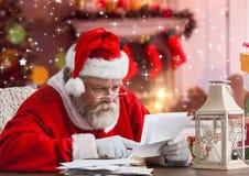 Bokstav för Santa Claus läs- julönska Arkivfoto