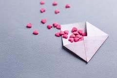 Bokstav för valentindagförälskelse det öppnade kuvertet och många klädde med filt rosa hjärtor tomt kopieringsutrymme royaltyfri fotografi