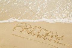 Bokstav fredag på stranden Arkivbilder