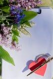 Bokstav med bokstaven för förälskelse för hjärtavalentindag Post för valentindagkuvert, röd hjärta och penna Väns ferie royaltyfri bild