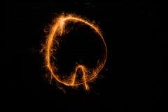 Bokstav Q som göras av tomtebloss på svart Arkivbilder