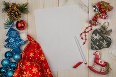 Bokstav till Santa Claus, julleksaker, penna på trävit bakgrund royaltyfria bilder