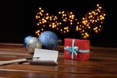 Bokstav till Santa Claus nära gåvan och stearinljusen Arkivbild
