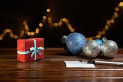Bokstav till Santa Claus nära gåvan och stearinljusen Royaltyfria Bilder