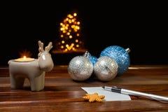 Bokstav till Santa Claus nära leksakerna och stearinljusen Royaltyfri Bild