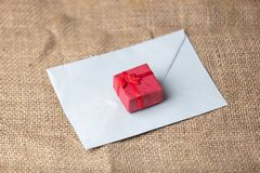 Bokstav till Santa Claus och den lilla gåvaasken Royaltyfri Bild