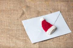 Bokstav till Santa Claus och den lilla hatten Fotografering för Bildbyråer