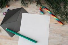 Bokstav till Santa Claus och det gråa kuvertet Royaltyfri Bild