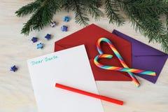 Bokstav till Santa Claus och det röda purpurfärgade kuvertet Royaltyfri Foto