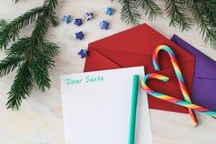 Bokstav till Santa Claus och det röda purpurfärgade kuvertet Arkivfoto