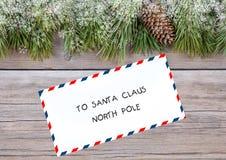 Bokstav till Santa Claus på träbakgrund Royaltyfri Bild