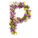 """Bokstaven """"P"""" gjorde av olika naturliga små blommor Fotografering för Bildbyråer"""