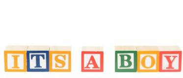 Bokstaven blockerar att stava som är dess en pojke Arkivfoton