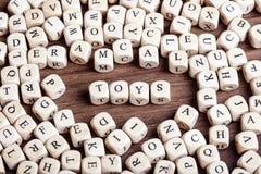 Bokstaven tärnar ordet - leksaker royaltyfria foton