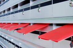 Bokstavsaskar och röda kuvert Royaltyfria Bilder