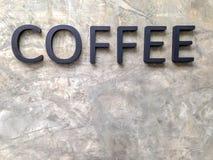 Bokstavskaffe på väggen av cement Royaltyfri Foto