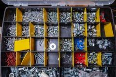 Boksuje dla przechować budowę z i sortować naprawianie materiał dla narzędzi nitami, ryglami, dokrętkami i śrubami w warsz fotografia stock