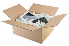 Boksuje przygotowanego dla dostawy z elektronika, zdjęcia stock