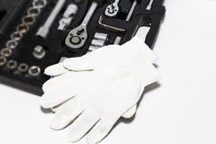 Boksuje z narzędziami i pracuje rękawiczki w samochodowym remontowym sklepie, w górę Set wiele chromu wanadu narzędzia zdjęcia stock