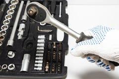 Boksuje z narzędziami i pracuje rękawiczki w samochodowym remontowym sklepie, w górę Set wiele chromu wanadu narzędzia fotografia royalty free