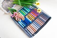 Boksuje z pastelami, daffodils, hiacynt na zaświeca papierowego backgroun Fotografia Stock
