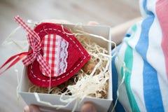 Boksuje z prezenta valentine sercem w child& x27; s ręka na Valentine& x27; s Obraz Stock