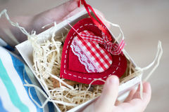Boksuje z prezenta valentine sercem w child& x27; s ręka na Valentine& x27; s Zdjęcia Royalty Free