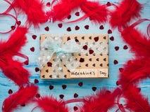 Boksuje z prezentem, wiążącym z faborkiem, notatka z słodkimi słowami obraz stock