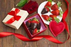 Boksuje z smakowita czekolada zamaczać truskawkami i różą na stole to walentynki dni obrazy stock