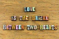 Boktryck för hjärtor för förälskelsebro två tillsammans royaltyfria foton