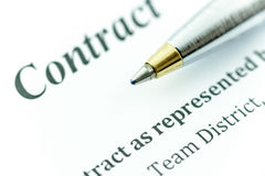 Bolígrafo azul en un contrato fotos de archivo