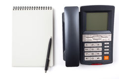 Bolígrafo negro en un cuaderno y un teléfono digital Imagen de archivo