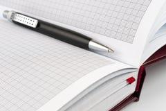 Bolígrafo negro que miente entre las paginaciones fotografía de archivo libre de regalías