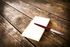 Bolígrafo y libreta. foto de archivo