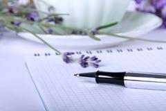 Bolígrafo y libro en blanco de la receta Imagenes de archivo