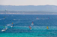 Bol海湾布拉奇岛海岛,亚得里亚海,Croa水的风帆冲浪者  免版税库存照片