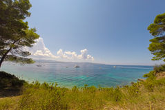 BOL, BRAC,克罗地亚- 8月3 :Zlatni鼠拥挤海滩在Augu的 库存照片