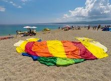 BOL, BRAC,克罗地亚- 8月3 :Zlatni鼠拥挤海滩在Augu的 免版税库存图片