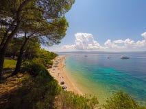 BOL, BRAC,克罗地亚- 8月3 :Zlatni鼠拥挤海滩在Augu的 免版税图库摄影
