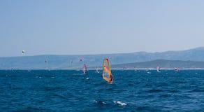 BOL, BRAC,克罗地亚- 8月3 :Zlatni鼠拥挤海滩在Augu的 图库摄影