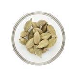 Bol à moitié plein de cardamome vert organique Photographie stock libre de droits